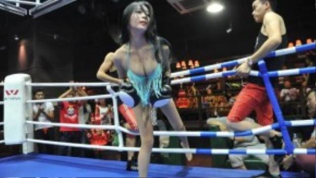 Các nữ võ sĩ mặc bikini nóng bỏng lên sàn đấu