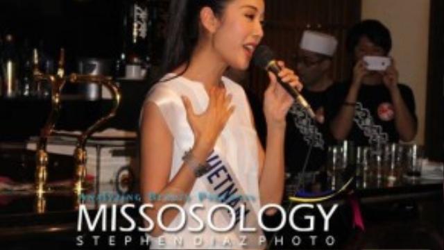 Trong một buổi tiệc ở nhà hàng, cô được BTC mới lên hát ca khúc My Vietnam do chính cô sáng tác.