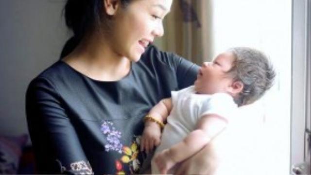 Quý tử đầu lòng của Nhật Kim Anh chào đời ngày 20/9 bằng phương pháp sinh mổ, bé cân nặng được 4,1 kg. Tuy nhiên do dị ứng với thuốc giảm đau nên nữ diên viên Độc thân tuổi 30 đã bị ngất vài lần sau khi sinh.