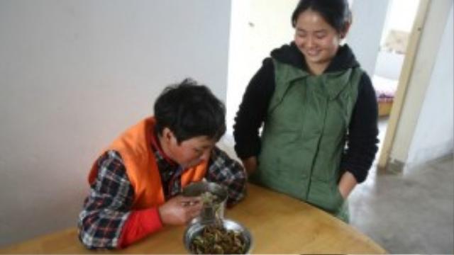 Bà Fang và con gái lớn Tingting. Khi được hỏi về sự hy sinh dành cho những đứa con của mình, bà Fang trả lời ngay rằng chỉ cólàm việc chăm chỉ thì bà mới có thể nuôi con gái lớn ăn học đến nơi đến chốn.