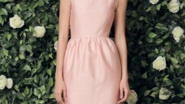 Bên những đoá hoa trà tinh khiết, bộ váy với vẻ ngọt ngào của Minh Tú là không lẫn vào đâu.