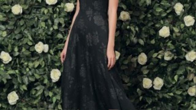 Thiết kế mang lại sự quyến rũ, quý phái với các họa tiết hoa thêu nổi trên nền váy đen cơ bản.