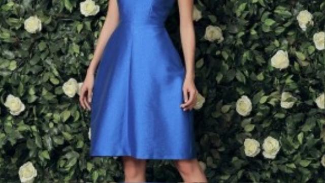 Bộ váy mang nét cổ điển với những đường cắt cơ bản, phù hợp với mọi dáng người.