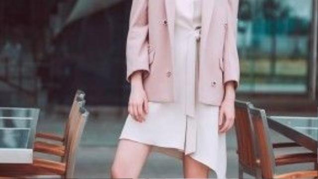 Với những ngày trời se lạnh, đừng quên thêm một chiếc blazer màu pastel nhẹ nhàng như thế này vào outfit nhé.