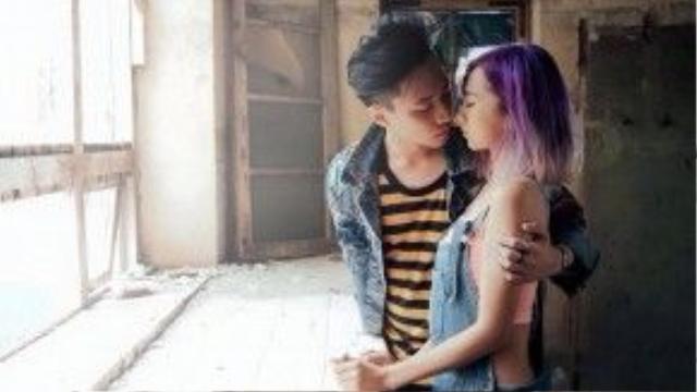 Một trong những cảnh quay ấn tượng nhất trong MV Yêu, Cả hai trông rấtcá tính với demi jean. Nếu như chàng phủi bụi với jacket jean bạc màu kèm T shirt sọc thì nàng lại khỏe khoắn hơn trong jumsuit jean kèm croptop màu cam neon.