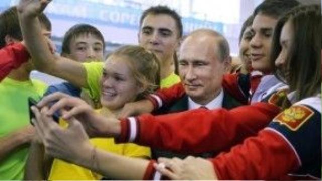 Tổng thống Nga Vladimir Putin và các tuyển thủ vô địch Olympic thanh niên vào ngày 10/9/2014.