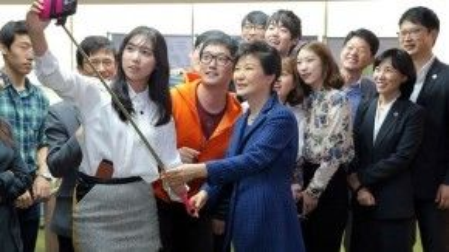 """Bà Park Geun-hye, tổng thống Hàn Quốc, dùng gậy """"tự sướng"""" chụp hình cùng cùng các thanh niên và doanh nhân ưu tú của Hàn khi tới thăm Viện kỹ thuật khoa học Hàn Quốc tại Daejeon."""