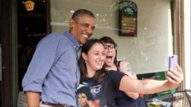 """Ông Obama thân thiện cười tươi khi """"tự sướng"""" cùng 2 fan nữ của ông tại Rochester, New York, ngày 22/08/2013."""