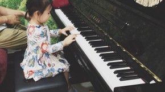 Duyên dáng với váy chít eo hoa thử sức với những giai điệu âm nhạc.