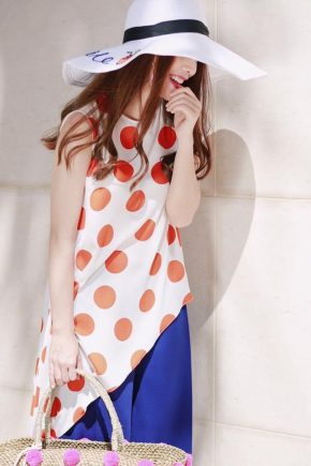 Yến Trang rực rỡ với bộ cánh mang cảm hứng color block với trang phục tối giản kết hợp cùng hoạ tiết màu sắc tương phản ấn tượng.