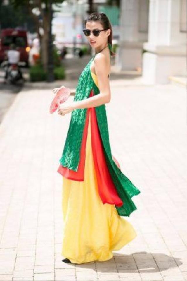 Cao Thiên Trang xuống phố xúng xính cùng trang phục bay bổng từ BST Viên Mãn của NTK Thủy Nguyễn. Tạm quên những món đồ trendy hiện đại đi, sao không thử khuấy đông mùa hè của bạn bằng những item, họa tiết đậm tính dân tộc như thế này.
