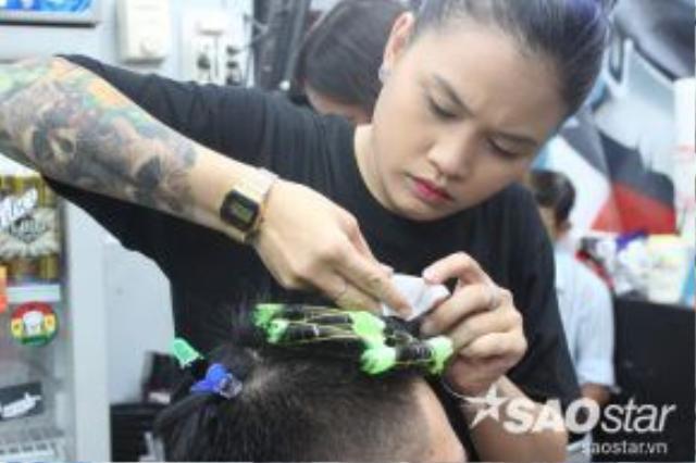 Thợ nữ tại Liêm Barber shop đang cần mẫn nhuộm tóc cho khách.