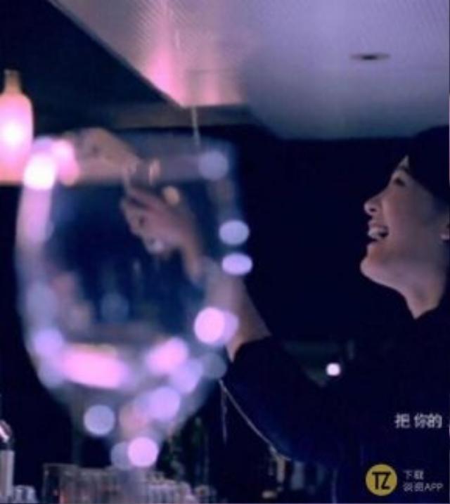 Nhưng hình ảnh ở góc độ khác cho thấy, chiếc ly đã không đón được rượu dù nhân vật nữ cười rất tươi.