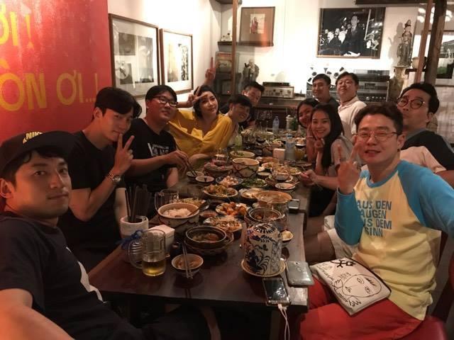Shin Sung Rok ăn tối cùng một số người bạn tại nhà hàng ngay trung tâm TP. Hồ Chí Minh.