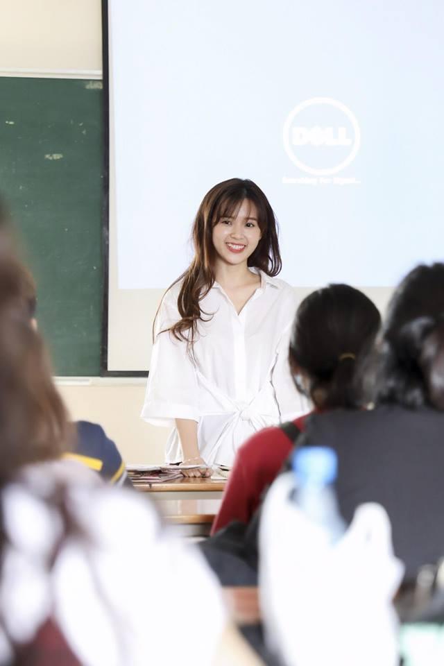 Liên tục nở nụ cười rạng rỡ, thân thiện với các bạn sinh viên.