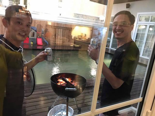 Ông xã Louis Nguyễn cũng hào hứng tham gia cuộc tụ tập với bạn bè của vợ.