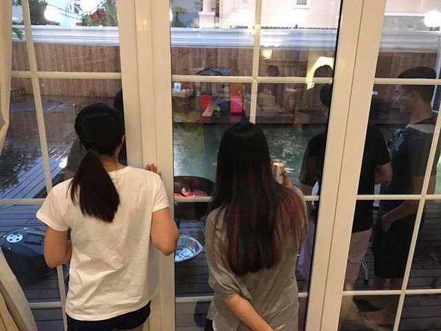 """Tuy bận rộn với việc chăm sóc 2 con nhỏ cùng công việc kinh doanh nhưng Tăng Thanh Hà và ông xã vẫn tranh thủ """"trốn con"""" để có khoảng không gian riêng cùng bạn bè."""
