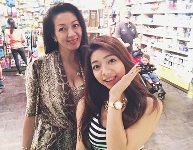 Thanh Xuân vẫn đẹp mặn mà dù đã ở ngưỡng tuổi 50. Bà và con gái Katleen Phan Võ, cô bé thừa hưởng nhiều nét đẹp từ mẹ.