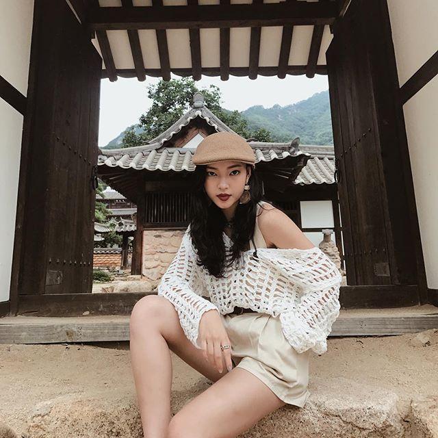 Điểm nhấn cho bộ tổng thể của Châu Bùi chính là chiếc mũ beret tông màu be trendy và khuyên tai to bản.