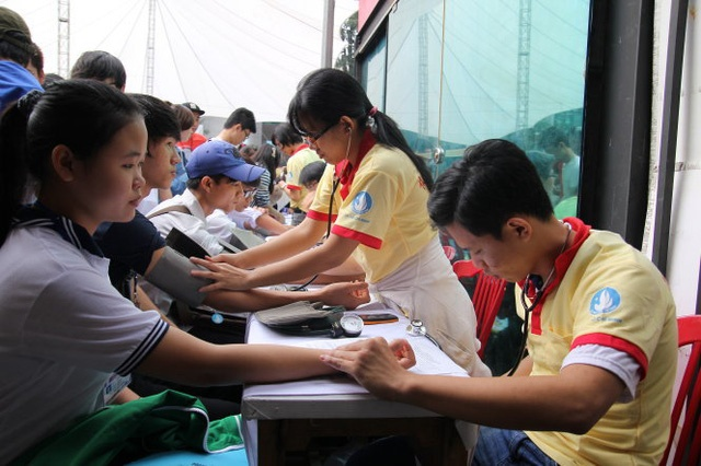 Các bạn trẻ hiến máu nhân đạo tại một chương trình tình nguyện - Ảnh: HỮU KHOA
