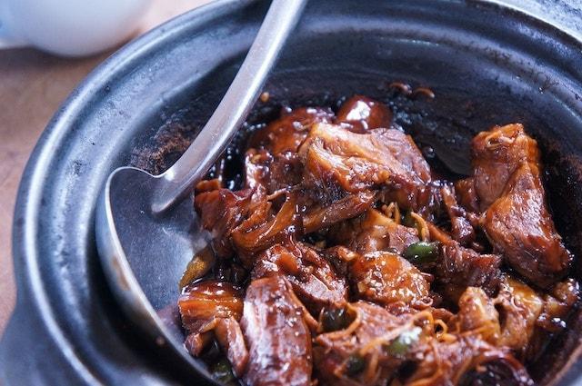Pot-eu-feu, Pháp: Thịt và rau được hầm với nước dùng hảo hạng. Theo truyền thống thịt sẽ được phục vụ trước rồi mới đến rau củ.