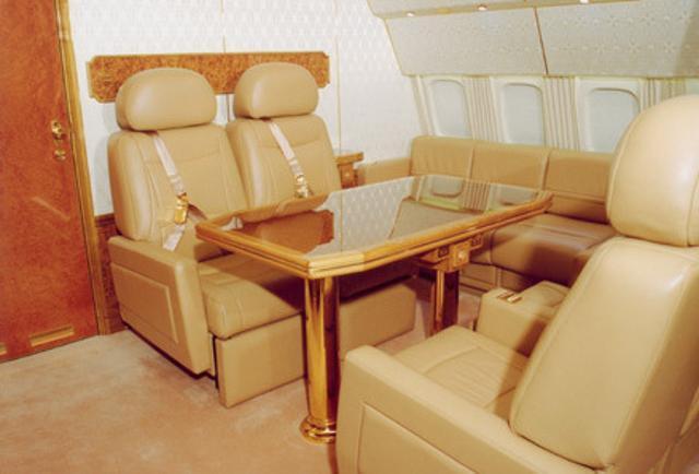 Đồ nội thất bên trong máy bay được thiết kế theo phong cách tân cổ điển, cabin được trang bị lộng lẫy với thảm và các điểm nhấn bằng vàng. Nội thất của máy bay do nghệ sĩ Ivan Glazunov, con trai của họa sĩ nổi tiếng ở Nga Ilya Glazunov phác thảo. Ảnh: Business Insider.