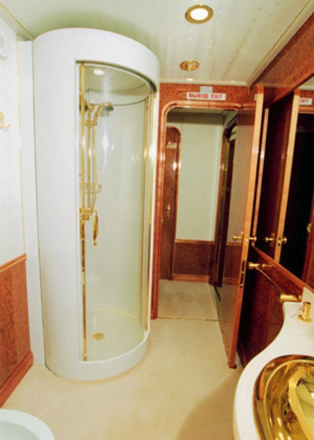 Bên trong máy bay có phòng tắm với vòi sen và chậu rửa mặt được mạ vàng. Nội thất chiếc Il-96 được thiết kế như một tác phẩm nghệ thuật, tuy vậy máy bay vẫn đảm bảo những tiêu chuẩn an ninh cao nhất dành cho việc đưa đón tổng thống. Ảnh: Business Insider.