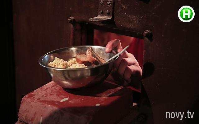 Đặc biệt là phải trải qua cảm giác ăn cơm trong những tô nhôm như thế này.