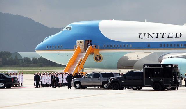 Chuyên cơ Không Lực Một chở Tổng thống Donald Trump tới Đà Nẵng đã đỗ ở vị trí rất xa khu vực nhà khách VIP A (ảnh: Quý Đoàn).