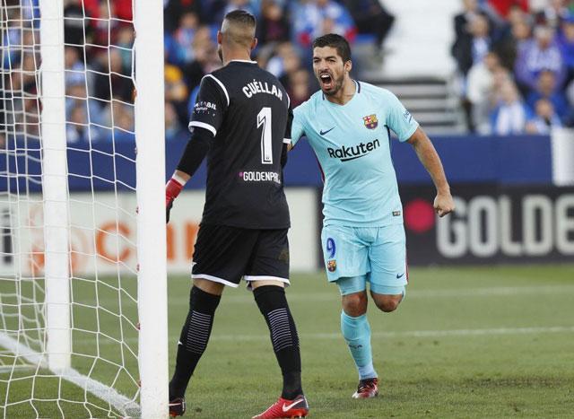 Suarez hét vào mặt thủ môn Cuellar sau khi ghi bàn thứ 2 cho Barca.