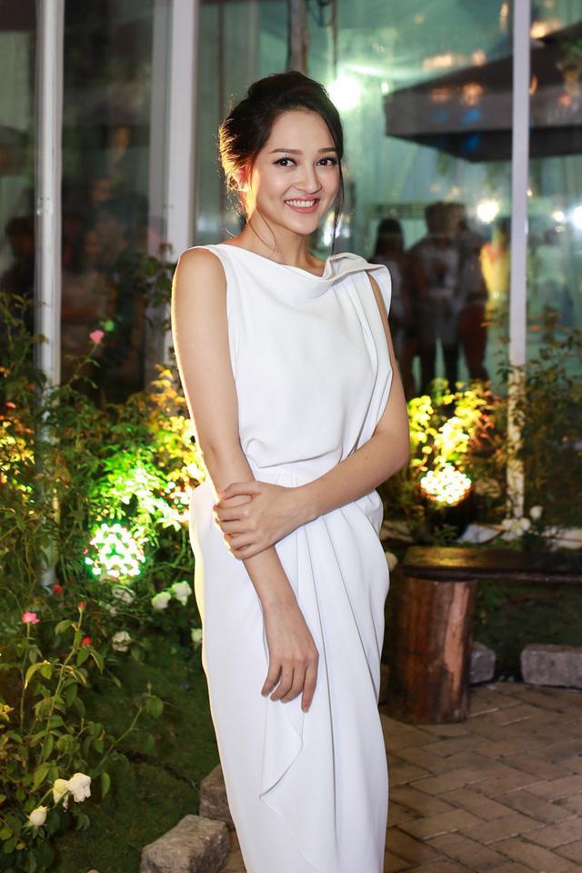 Chiếc đầm trắng cổ thuyền này Bảo Anh mặc không xấu nhưng có lẽ nó phù hợp với những quý cô ở độ tuổi 30 hơn.