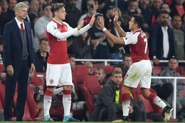 HLV Wenger muốn giữ chân Ozil và Sanchez.