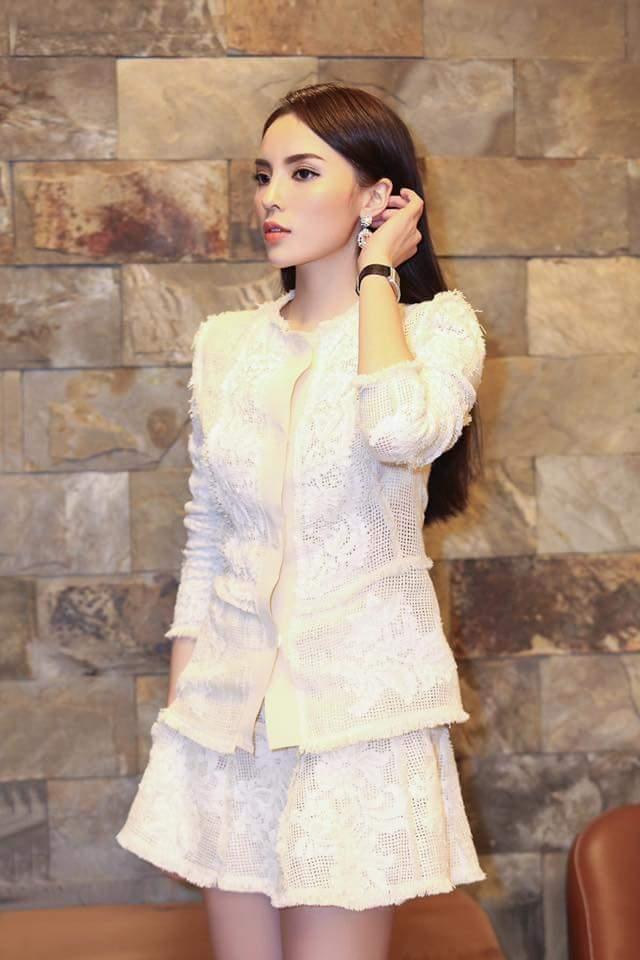 Trong một hoàn cảnh khác, khoác lên mình bộ vest trắng thanh lịch, Kỳ Duyên khiến người đối diện không thể rời mắt với thần thái sang chảnh, kiêu kỳ của bản thân. Có lẽ, Vân Anh nên học hỏi Hoa hậu Việt Nam 2014 về khoản diện đồ trắng cách kín đáo mà vẫn đẹp.