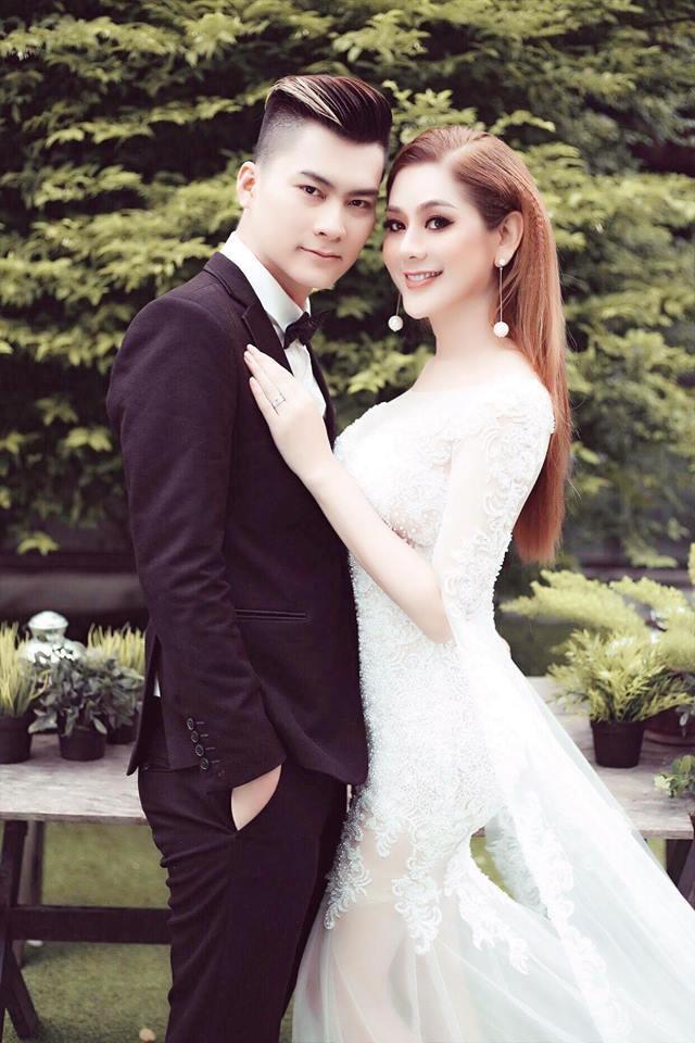 Vợ chồng Lâm Khánh Chi đang hoàn tất những khâu cuối cùng cho đám cưới.