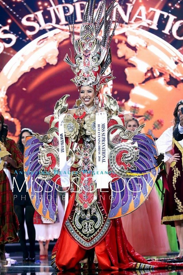 """Khả Trang """"ẵm"""" giải Trình diễn trang phục dân tộc đẹp nhất tại Hoa hậu Siêu quốc gia 2016."""