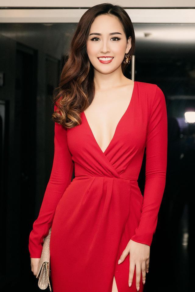 Hoa hậu thường xuyên diện các thiết kế khoe vòng một bất chấp dư luận đồn đoán về việc cô phẫu thuật thẩm mĩ nâng ngực. Dường như vòng một là điểm Mai Phương Thúy tự tin và tự hào nhất trên cơ thể của cô.