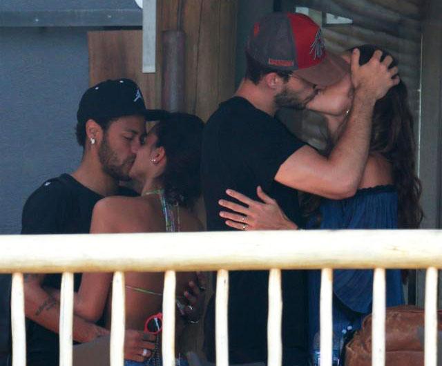 """2 cầu thủ của PSG cùng nhau """"khóa môi"""" bạn gái."""