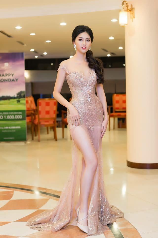 Tại các sự kiện thời trang chân dài thường chọn những thiết kế nổi bật, sang trọng, những chiếc đầm xẻ sâu quyến rũ luôn được lòng á hậu.