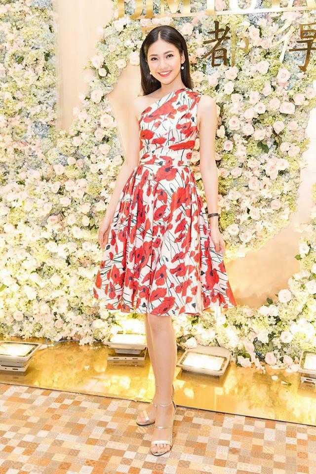 Thỉnh thoảng cô chọn cho mình những chiếc váy dáng xòe dễ di chuyển trong những sự kiện mang tính tương tác nhiều. Sự thay đổi này giúp cô đẹp mặn mà hơn. Trong hình, người đẹp kết hợp đầm hoa màu trắng, đỏ với giày cao gót ánh kim nhẹ nhàng, lãng mạn.