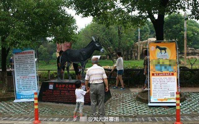 Bức tượng của chú lừa kém may mắn bị con hổ xé xác.