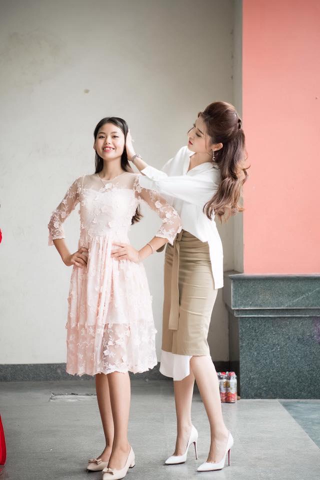 Hãy học hỏi Huyền My cách kết hợp sơ mi với những chiếc váy gam màu trung tính, bởi nó thực sự rất đẹp.