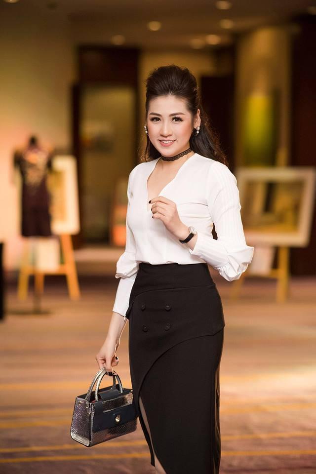 Khi đi sự kiện, cô nàng lại hóa thân thành một tiểu thư quyến rũ khi kết hợp áo sơ mi xẻ sâu và chân váy đen bó sát.