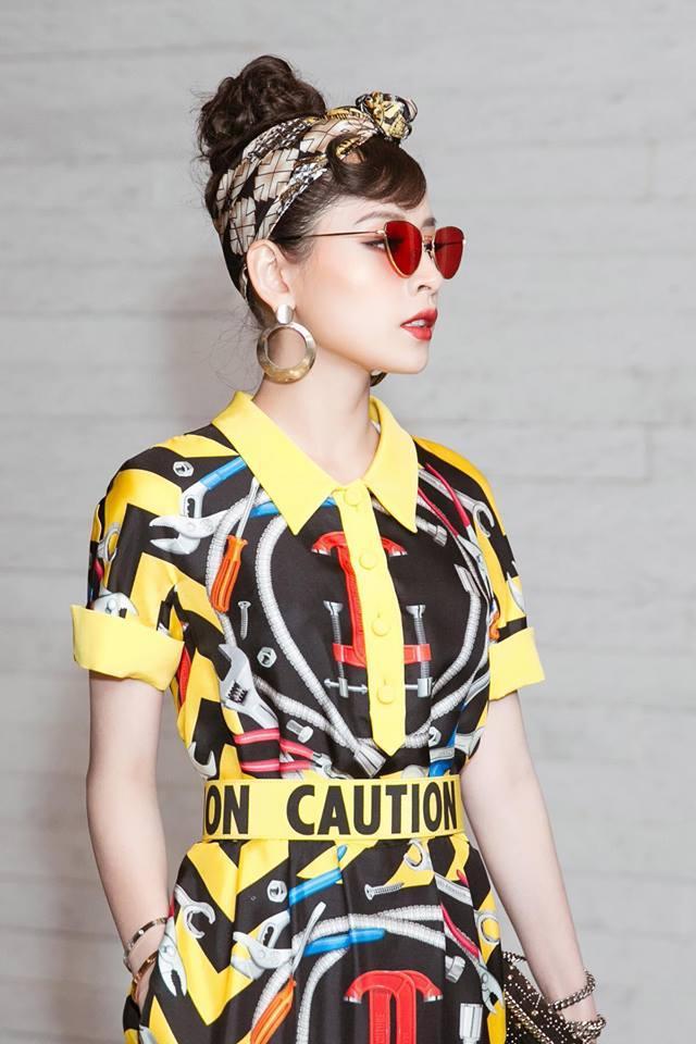 Để có được outfit hoàn hảo nhất, ngoài lớp trang điểm xuất sắc, Chi Pu còn không ngại mang theo cả phụ kiện như kính râm giữa sự kiện.