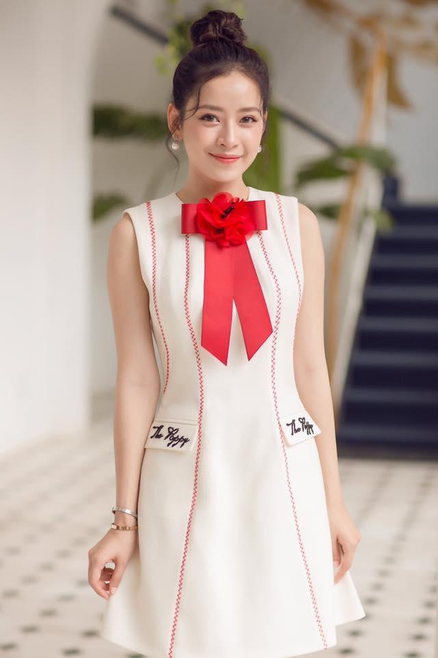 Và quả nhiên khi diện bộ váy này, Chi Pu chọn kiểu trang điểm và làm tóc không thể nào phù hợp hơn. Một chút son môi màu hồng đất và kiểu tóc búi cao thả nhẹ vài sợi tóc, Chi Pu đã có vẻ đẹp nữ thần nhiều người ghen tị.