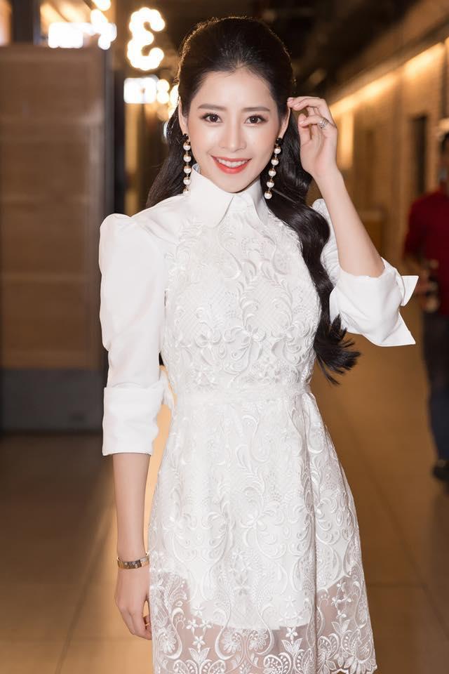 Trong lần xuất hiện mới đây nhất, Chi Pu xinh đẹp rạng ngời thu hút mọi ống kính. Chọn chiếc váy ren vai bồng nữ tính, Chi Pu chọn phong cách trang điểm trong trẻo cô vẫn thường yêu thích.