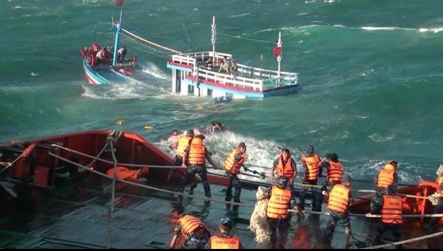 Tàu cảnh sát biển 9001 tiếp cận tàu cá BĐ 95066 khi tàu này bị chìm gần như hoàn toàn – Ảnh do Bộ Tư lệnh Vùng Cảnh sát biển 3 cung cấp