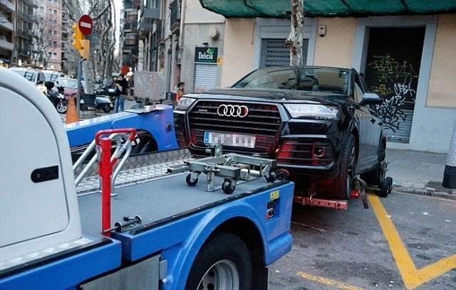 Xe cảnh sát đưa xe Coutinho đi.