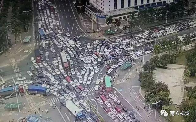 Trên khắp các nẻo đường, đâu đâu cũng thấy ô tô.