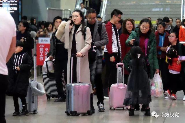 Những hình ảnh này được ghi nhận tại nhà ga tại Thâm Quyến, tỉnh Quảng Đông.