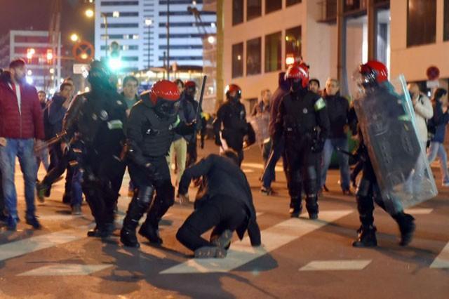 Cảnh sát vào cuộc để dẹp yên cuộc bạo động.